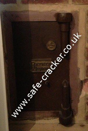 safe opening service surrey safe locksmith engineer safecracker technicia in surrey. Black Bedroom Furniture Sets. Home Design Ideas